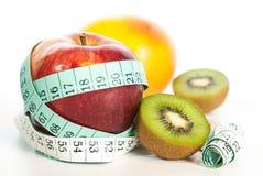 Κόκκινη έννοια μήλων fitnes με το εκατοστόμετρο Στοκ Φωτογραφία