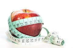 Κόκκινη έννοια μήλων fitnes με το εκατοστόμετρο Στοκ φωτογραφία με δικαίωμα ελεύθερης χρήσης