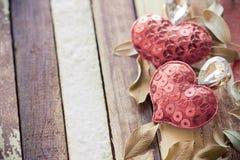 Κόκκινη αγάπη καρδιών στον παλαιό ξύλινο εκλεκτής ποιότητας τόνο Στοκ φωτογραφία με δικαίωμα ελεύθερης χρήσης
