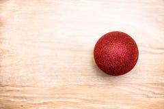 Κόκκινη λαμπρή σφαίρα Χριστουγέννων Στοκ Φωτογραφίες