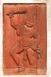 Κόκκινη ανακούφιση του ατόμου με τη λέσχη και το σχοινί (Bhaktapur, Νεπάλ) Στοκ φωτογραφία με δικαίωμα ελεύθερης χρήσης