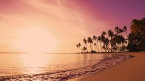 Κόκκινη ανατολή πέρα από την όμορφη θάλασσα Κίτρινος ήλιος και ρόδινα σύννεφα φιλμ μικρού μήκους