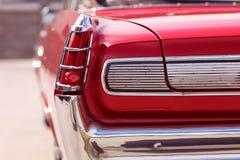 Κόκκινη αναδρομική εκλεκτής ποιότητας κομψή ηλιόλουστη ημέρα αυτοκινήτων Στοκ Φωτογραφίες