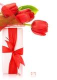 Κόκκινη ανθοδέσμη τουλιπών με το παρόν στοκ εικόνες