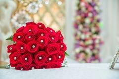 Κόκκινη ανθοδέσμη των κόκκινων τριαντάφυλλων στο γάμο ανασκόπησης η μπλε κιβωτίων καρδιά δώρων ημέρας έννοιας εννοιολογική απομόν Στοκ φωτογραφία με δικαίωμα ελεύθερης χρήσης