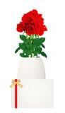 Κόκκινη ανθοδέσμη τριαντάφυλλων στην κινηματογράφηση σε πρώτο πλάνο βάζων και καρτών που απομονώνεται στο λευκό Στοκ φωτογραφία με δικαίωμα ελεύθερης χρήσης