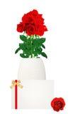 Κόκκινη ανθοδέσμη τριαντάφυλλων στην κινηματογράφηση σε πρώτο πλάνο βάζων και καρτών στο λευκό Στοκ φωτογραφία με δικαίωμα ελεύθερης χρήσης