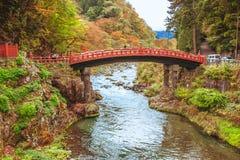 Κόκκινη αρχαία γέφυρα Shinkyo γεφυρών πέρα από τον ποταμό Daiwa Στοκ εικόνα με δικαίωμα ελεύθερης χρήσης