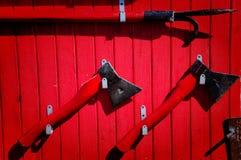 """Κόκκινη ασπίδα πυρκαγιάς με τα εργαλεία και Ï""""Î¿Ï…Ï' κάδους στοκ φωτογραφία"""
