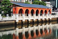 Κόκκινη αψίδα από τον ποταμό Στοκ φωτογραφία με δικαίωμα ελεύθερης χρήσης