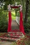 Κόκκινη αψίδα γαμήλιων ντεκόρ Στοκ φωτογραφία με δικαίωμα ελεύθερης χρήσης