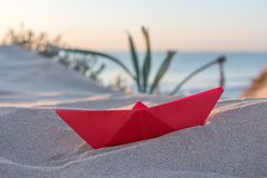 Κόκκινη βάρκα εγγράφου σε μια παραλία Στοκ εικόνες με δικαίωμα ελεύθερης χρήσης