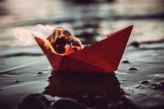 Κόκκινη βάρκα εγγράφου στην πυρκαγιά Στοκ εικόνα με δικαίωμα ελεύθερης χρήσης