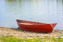 Κόκκινη βάρκα που δένεται στον ποταμό το καλοκαίρι Στοκ φωτογραφίες με δικαίωμα ελεύθερης χρήσης