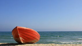 Κόκκινη βάρκα στην παραλία