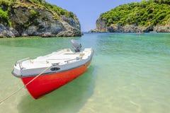 Κόκκινη βάρκα στην παραλία Paleokastritsa, Κέρκυρα, Ελλάδα Στοκ Εικόνες