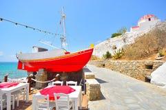 Κόκκινη βάρκα στη Μύκονο, Ελλάδα Στοκ φωτογραφία με δικαίωμα ελεύθερης χρήσης