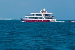 Κόκκινη βάρκα στο θαλάσσιο νερό στον ωκεανό Στοκ Εικόνες