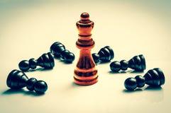 Κόκκινη βασίλισσα καψίματος και πολλά πεσμένα ενέχυρα - έννοια σκακιού Στοκ φωτογραφίες με δικαίωμα ελεύθερης χρήσης