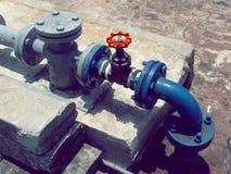 Κόκκινη βαλβίδα στάσεων με το μπλε σύστημα σωληνώσεων Στοκ φωτογραφία με δικαίωμα ελεύθερης χρήσης