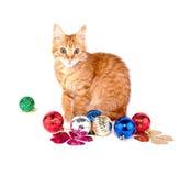 Κόκκινη γάτα με τις σφαίρες Χριστουγέννων Στοκ εικόνα με δικαίωμα ελεύθερης χρήσης