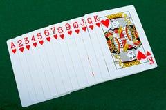 Κόκκινη γέφυρα καρτών παιχνιδιού στο πράσινο υπόβαθρο Στοκ Εικόνα