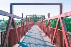 Κόκκινη γέφυρα με τη δομή μετάλλων Στοκ φωτογραφίες με δικαίωμα ελεύθερης χρήσης