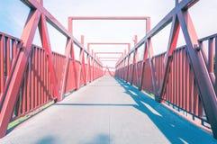 Κόκκινη γέφυρα με τη δομή μετάλλων Στοκ εικόνα με δικαίωμα ελεύθερης χρήσης