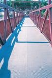 Κόκκινη γέφυρα με τη δομή μετάλλων Στοκ Εικόνα
