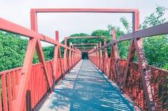 Κόκκινη γέφυρα με τη δομή μετάλλων Στοκ Φωτογραφία