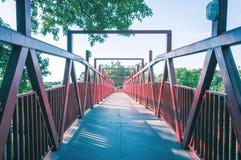 Κόκκινη γέφυρα με τη δομή μετάλλων Στοκ φωτογραφία με δικαίωμα ελεύθερης χρήσης
