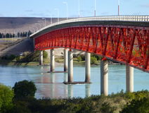 Κόκκινη γέφυρα πέρα από έναν φωτεινό μπλε ποταμό στην Παταγωνία Στοκ φωτογραφίες με δικαίωμα ελεύθερης χρήσης