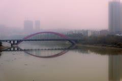 Κόκκινη γέφυρα στην κόκκινη ελαφριά ομίχλη στοκ εικόνες