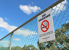 Κόκκινη, γραπτή απαγόρευση του καπνίσματος μέσα σε 10 μέτρα σημαδιών Στοκ Φωτογραφία