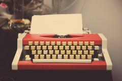 Κόκκινη γραφομηχανή στον ξύλινο πίνακα Στοκ Φωτογραφίες