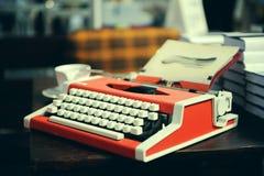 Κόκκινη γραφομηχανή στον ξύλινο πίνακα Στοκ φωτογραφία με δικαίωμα ελεύθερης χρήσης