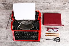 Κόκκινη γραφομηχανή στον πίνακα με το γραφείο Στοκ εικόνες με δικαίωμα ελεύθερης χρήσης