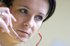 κόκκινη γυναίκα γυαλιών Στοκ φωτογραφία με δικαίωμα ελεύθερης χρήσης