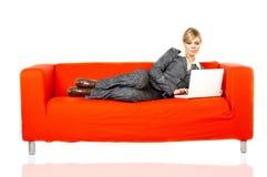 κόκκινη γυναίκα καναπέδων Στοκ Εικόνες