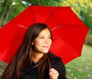 κόκκινη γυναίκα ομπρελών Στοκ Φωτογραφίες