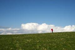 κόκκινη γυναίκα ομπρελών Στοκ εικόνες με δικαίωμα ελεύθερης χρήσης