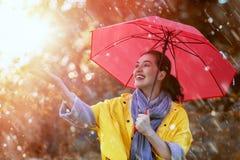 κόκκινη γυναίκα ομπρελών Στοκ εικόνα με δικαίωμα ελεύθερης χρήσης