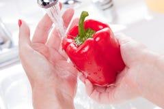 κόκκινη γυναίκα πλύσης πιπεριών κουδουνιών Στοκ εικόνες με δικαίωμα ελεύθερης χρήσης