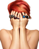 Κόκκινη γυναίκα τρίχας με τα δαχτυλίδια Στοκ εικόνες με δικαίωμα ελεύθερης χρήσης