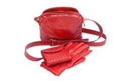 Κόκκινη γυναικεία τσάντα, γάντια και πορτοφόλι δέρματος Στοκ Φωτογραφία