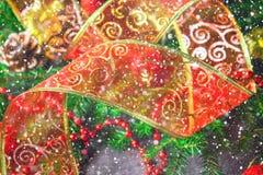 Κόκκινη διακοσμητική κορδέλλα Χριστουγέννων από το organza που περιβάλλεται από τους κλάδους έλατου Στοκ εικόνες με δικαίωμα ελεύθερης χρήσης