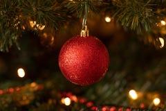Κόκκινη διακόσμηση μπιχλιμπιδιών Χριστουγέννων Sparkly στοκ εικόνα με δικαίωμα ελεύθερης χρήσης