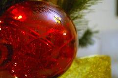 Κόκκινη διακόσμηση σε ένα δέντρο Chritsmas Στοκ φωτογραφία με δικαίωμα ελεύθερης χρήσης