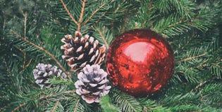 Κόκκινη διακόσμηση Χριστουγέννων με το χιόνι flkes Στοκ Φωτογραφία