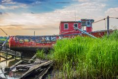 Κόκκινη εγκαταλειμμένη βάρκα στοκ φωτογραφία